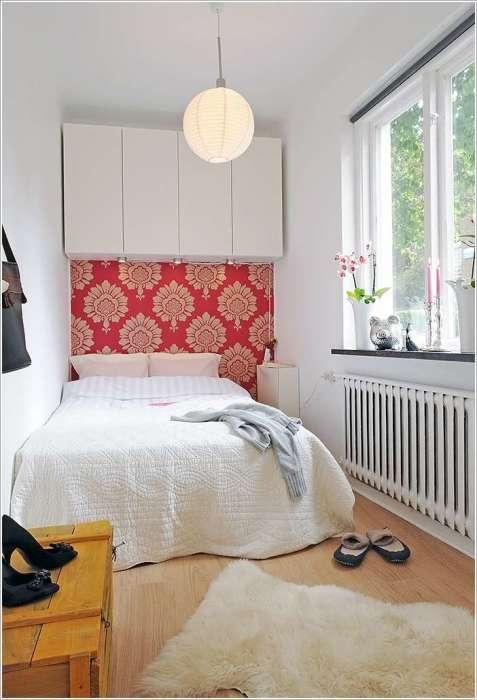 Закрытая настенная модульная мебель, которая поможет оптимизировать пространство и навести порядок в небольшой спальной комнате.