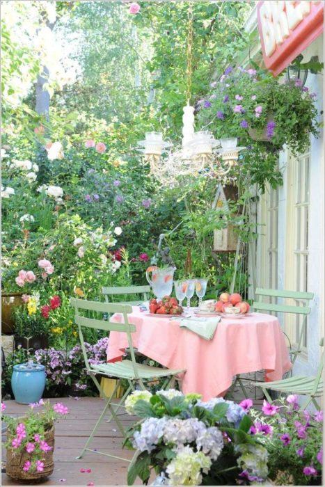 Небольшое уютное патио во внутреннем дворике избавит от посторонних глаз и позволит насладится обилием цветущих растений.