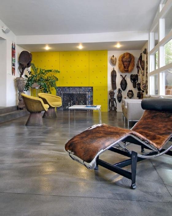 Африканские старинные изделия и племенные маски из дерева в гостиной комнате в стиле фьюжн.