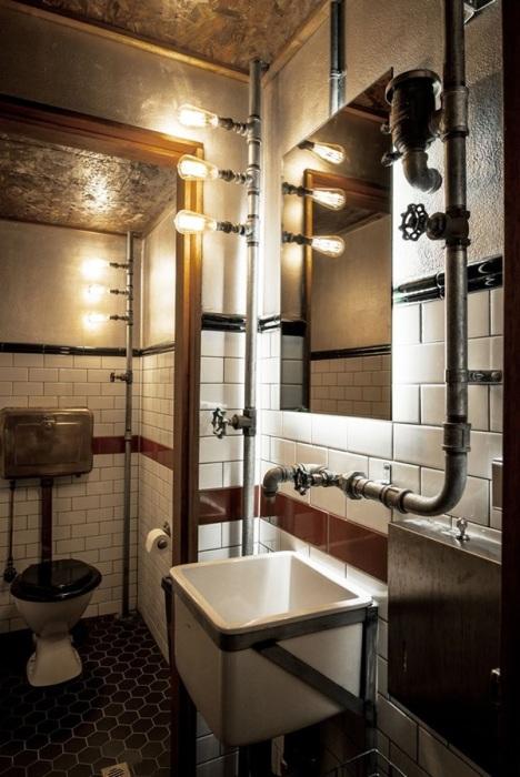Оригинальное использование водопроводных труб в интерьере ванной комнаты.