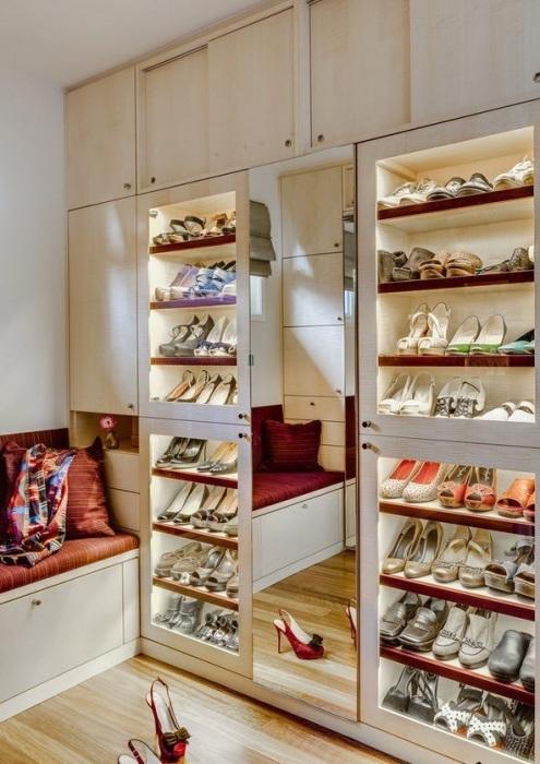 Шкаф для модельной обуви с правильно подобранным освещением.