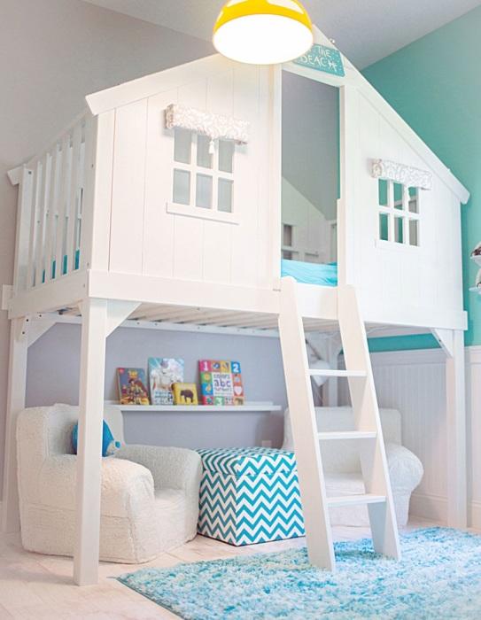 Кровать на втором этаже в виде деревянного домика - отличное решение для детской спальной комнаты.