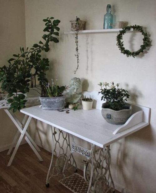 Конструкция из старого ножного привода для комнатных цветов и растений.