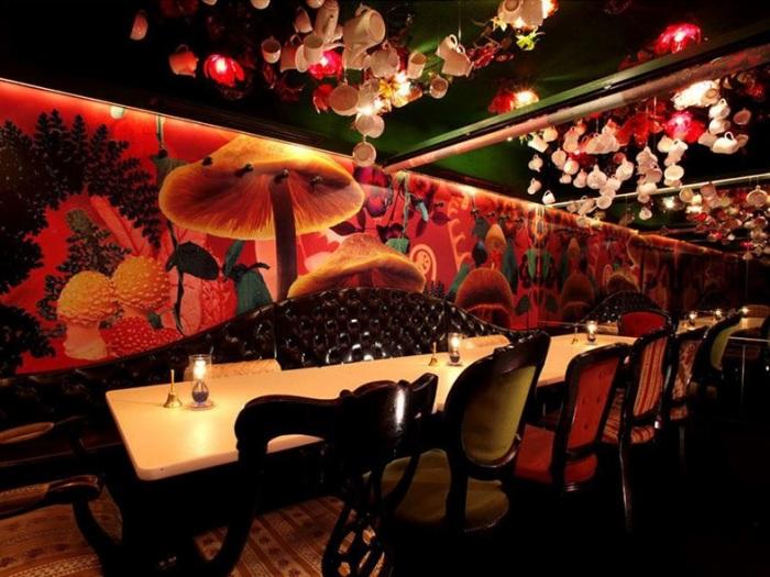 Фэнтези-ресторан «Alice in a Labyrinth» в Токио.