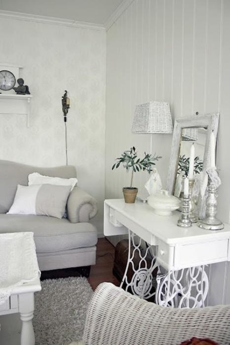 Консольный столик из старого ножного привода - не совсем привычный для малогабаритных квартир предмет мебели.