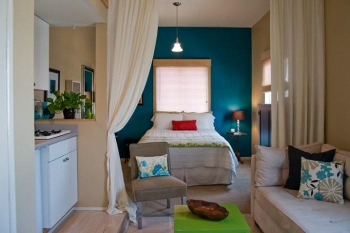 Для малогабаритной квартиры характерно использование занавесок в качестве перегородки.