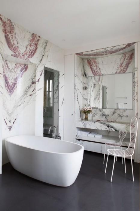 Ванная комната с отделкой из декоративного камня в аристократическом стиле.