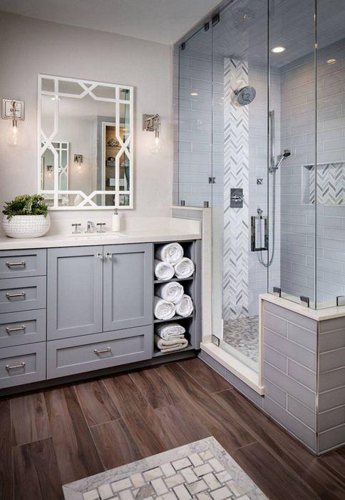 Пол из дорогой древесины в ванной комнате украсит ваш интерьер, а также поможет сэкономить на специальных системах обогрева.