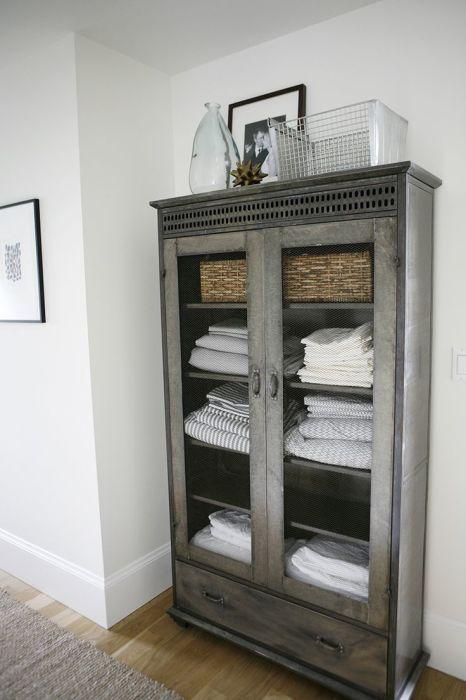 Бюджетный вариант переделки старого шкафа для банных принадлежностей, который идеально впишется в интерьер ванной комнаты.