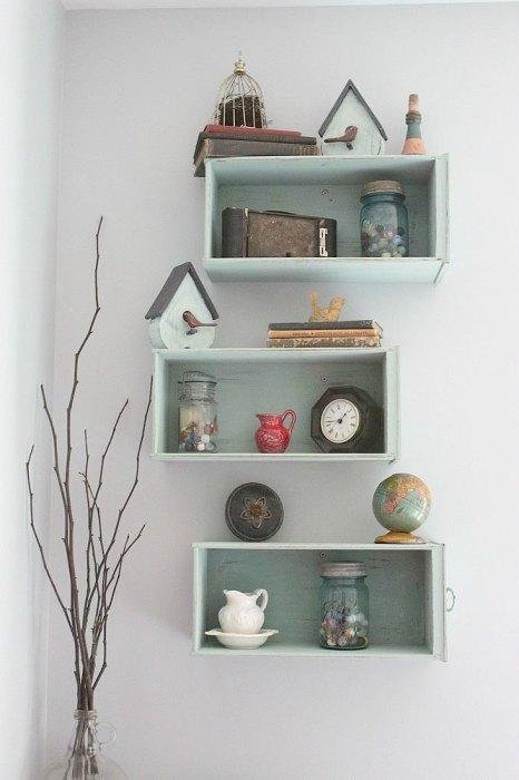 Выдвижные ящички старого письменного стола, приготовленного на выброс, можно использовать для создания оригинальных полочек, которые идеально впишутся в любой современный интерьер гостиной комнаты.