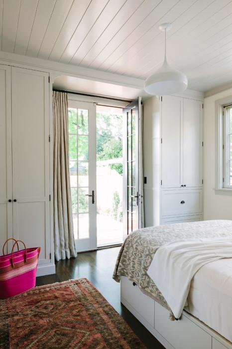 Интерьер спальной комнаты в классическом стиле всегда выглядит благородно и стильно, сочетая в себе красоту и функциональность