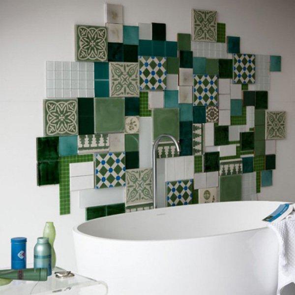Просторная ванная комната в минималистском стиле с яркой настенной композицией необычной формы.
