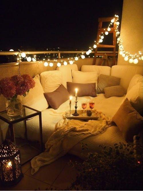 Большой диван и правильно подобранное освещение помогут создать по-настоящему романтическую обстановку.