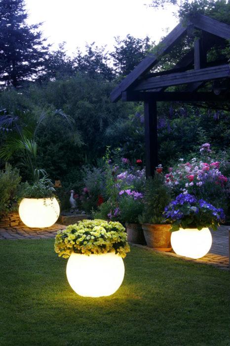 Декоративные элементы ландшафтного дизайна, которые не теряют свою привлекательность с наступлением ночи.