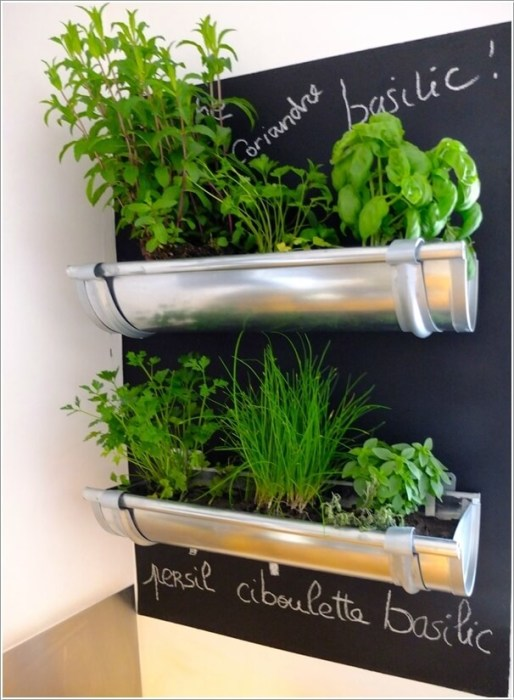 Небольшие длинные алюминиевые горшки для растений - минимум усилий и аккуратный внешний вид.