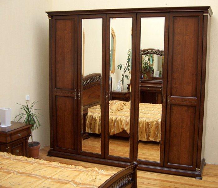 Классический модульный шкаф, декорированный тремя зеркалами.