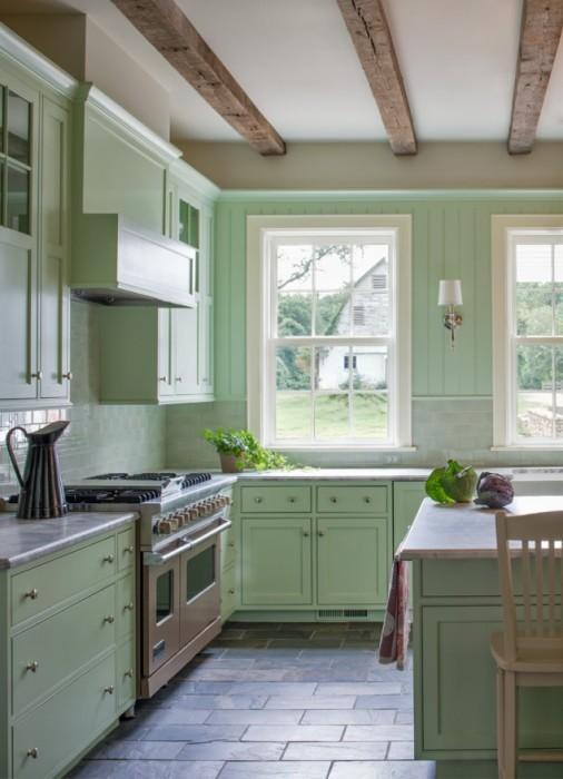 Мягкий салатовый оттенок производит приятное впечатление от изобилия кухонной гарнитуры.