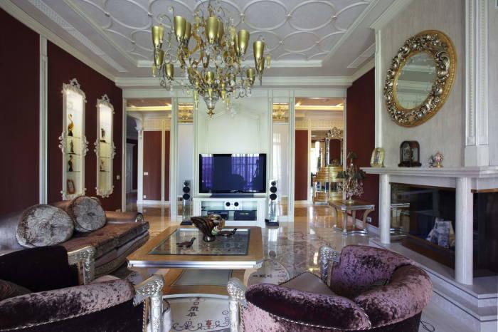 Позолоченные и кованые элементы отлично смотрятся в современном интерьере гостиной комнаты.