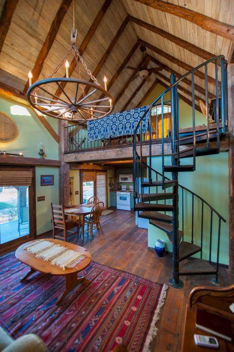 Деревенская роскошь в традиционном интерьере гостиной комнаты.