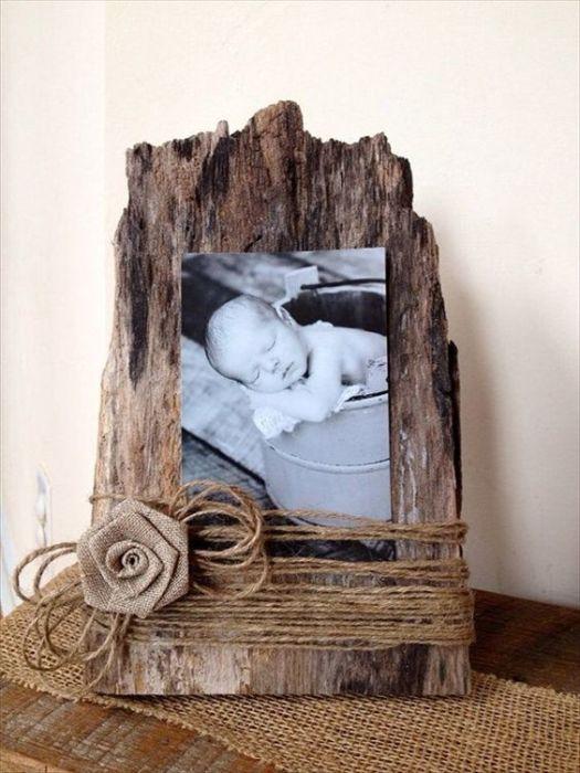 Рамку для фотографии из старого куска древесины. созданная всего за несколько минут.