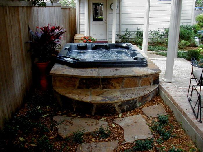 Гидромассажный спа-бассейн идеально впишется в любой ландшафтный дизайн.