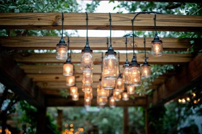 При монтаже подсветки на веранде хорошо использовать осветители, которые легко можно изготовить своими руками из подручных средств.