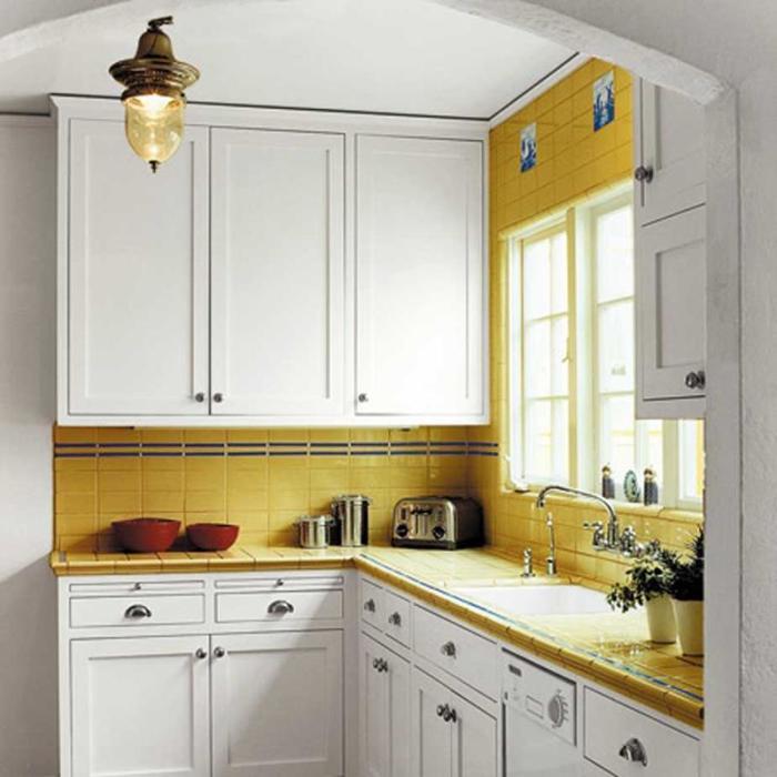 Ярко-жёлтый – это оттенок, который идеально подходит для передачи радостной атмосферы лета, особенно это касается светлого интерьера современного кухонного пространства.