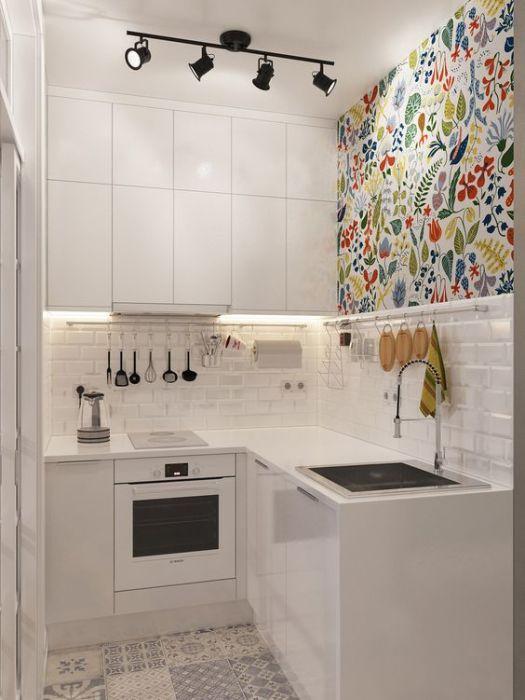 Малогабаритная кухня в компактной квартире.