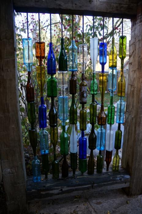 Перегородка из стеклянных бутылок - отличная идея, которая, несмотря на кажущуюся причудливость, является практичной и функциональной.