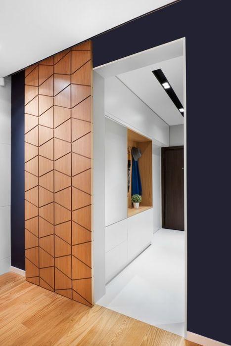 Раздвижные деревянные резные двери на роликах - эргономичное и функциональное решение.