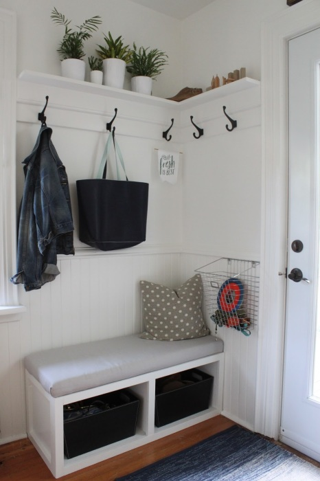 Хорошая идея для тех, кто хочет сделать маленькую прихожую стильной, разместить в ней всё, что нужно, и при этом не перегрузить пространство.