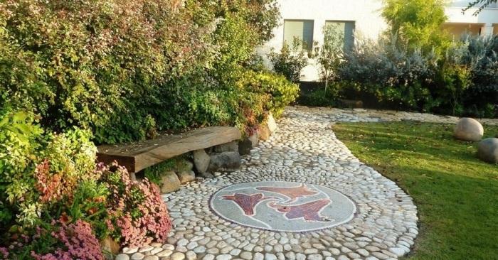 Фантастическая садовая дорожка, выложенная из мелкой гальки.