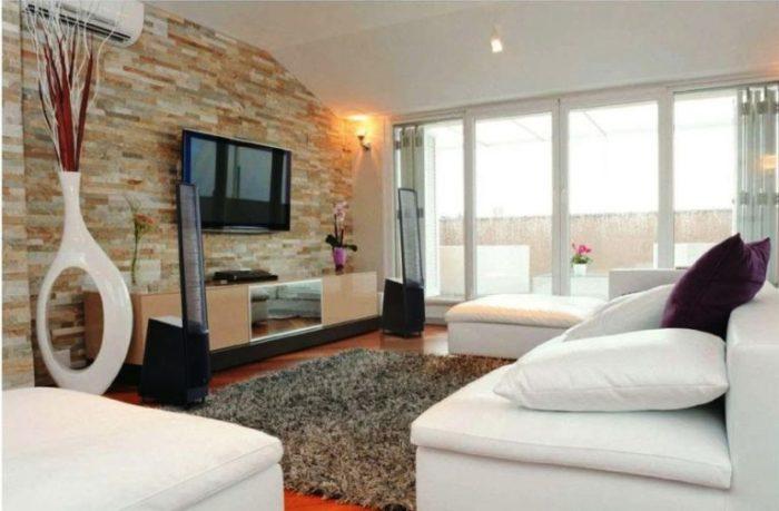 Гостиная комната, которая является примером идеального совмещения традиционного и современного.