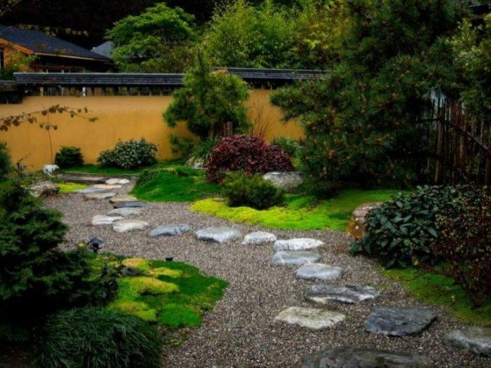 Характерными чертами японского сада являются плавные линии и мягкие формы.