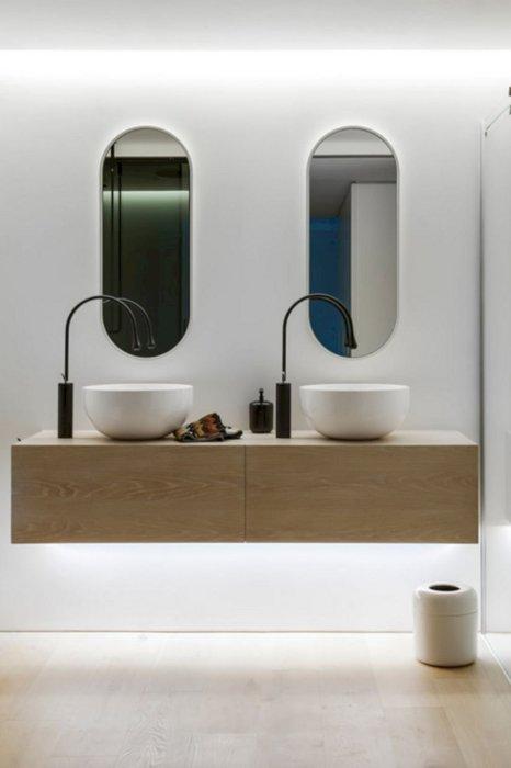 В современной ванной комнате, как правило, используются преимущественно натуральные материалы такие, как дерево и дорогие виды керамической плитки.