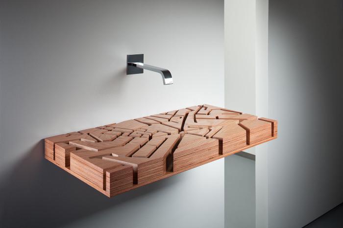 Оригинальная резная деревянная раковина в интерьере ванной комнаты.