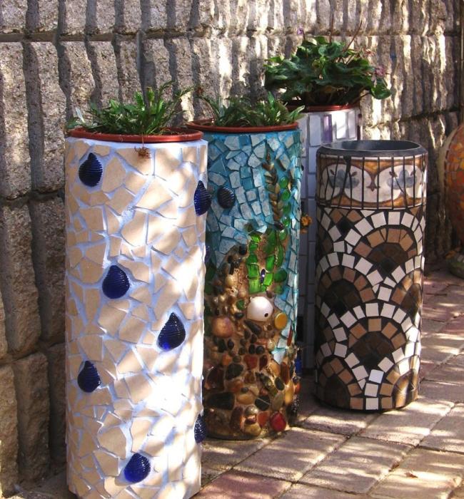 Мозаїка із залишків плитки допоможе створити особливу твір декоративного мистецтва для оформлення ландшафтного дизайну.