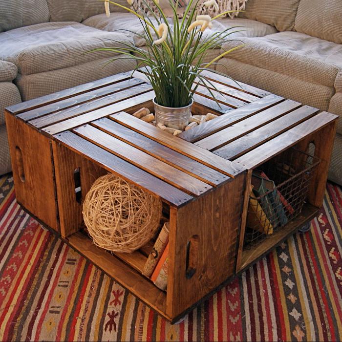 Деревянный стол из старых ящиков, который можно сделать своими руками.