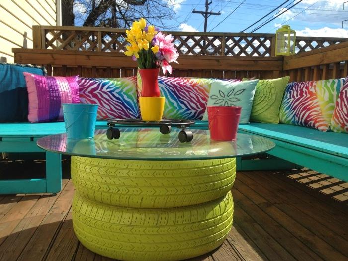 Журнальный столик из покрашенных в зеленый цвет покрышек - чудесная мебель для обустройства загородного участка.