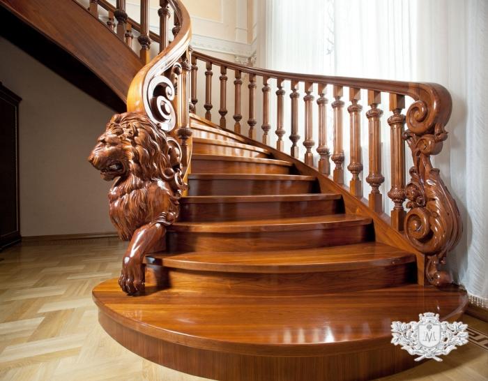 Элегантная лестница с резными деревянными балясинами.