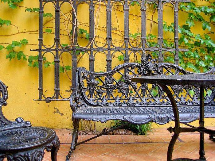 Кованые изделия для садового участка производятся из пластичного металла, легко поддающегося обработке.