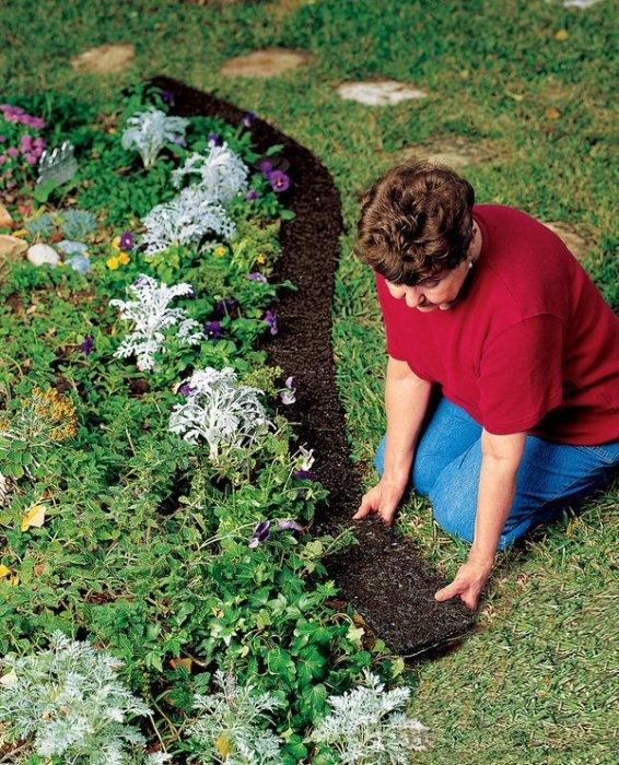 Небольшая полоса искусственного газона может отделить клумбу от натурального газона.