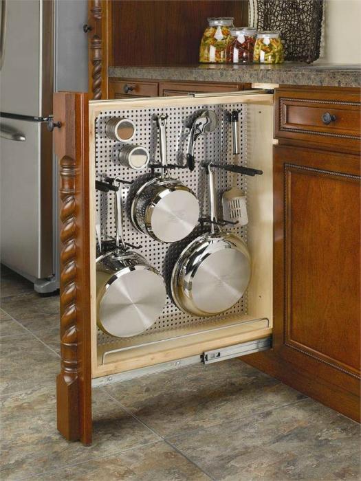 Выдвижной вертикальный ящик для хранения кухонных принадлежностей.