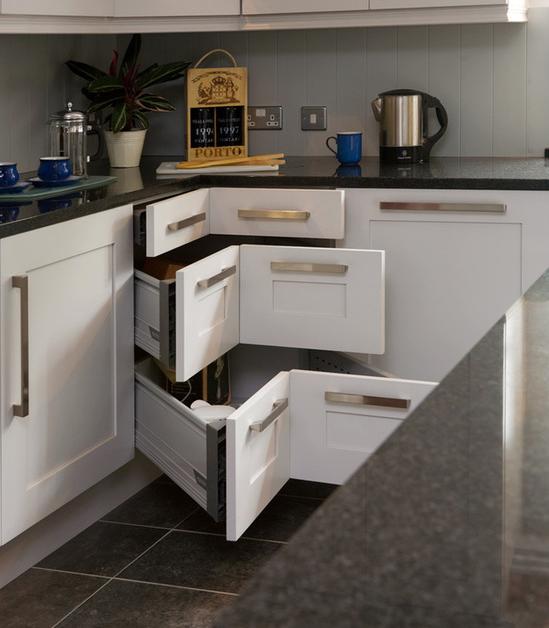Практичные угловые ящички сегодня способны решить проблему с экономией пространства на кухне за счет использования углов.