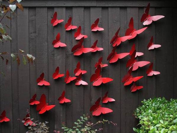 Рой пластмассовых бабочек отлично оживит скучное серое ограждение.