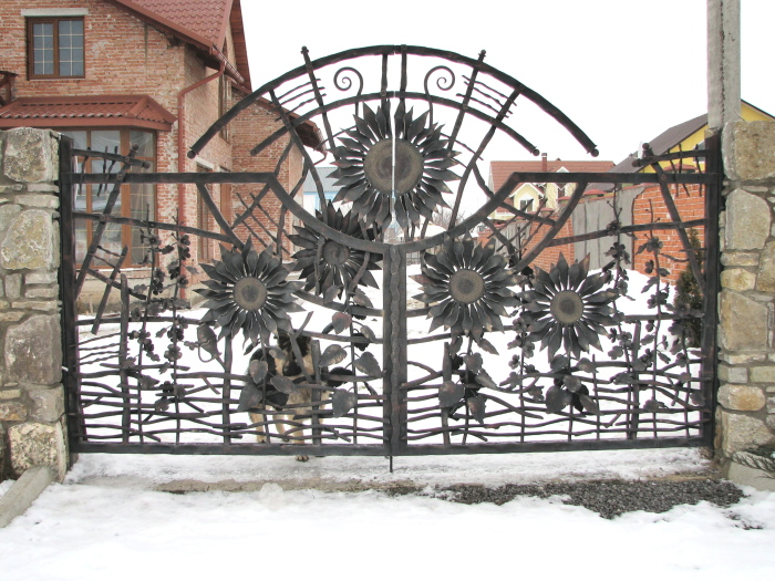Современные кованные металлические ворота с подсолнухами.