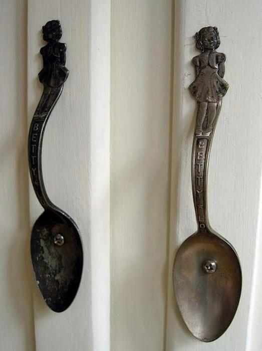 Ручки для дверей из потемневших от старости ложек.