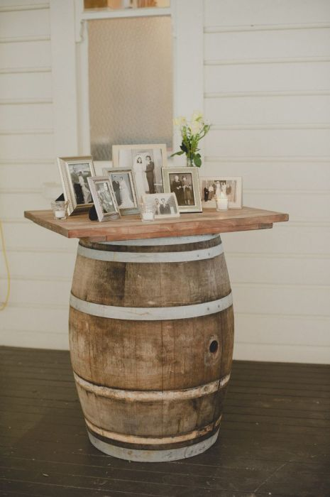 Отличный пример создания места для домашней фотогалереи на старой деревянной бочке.