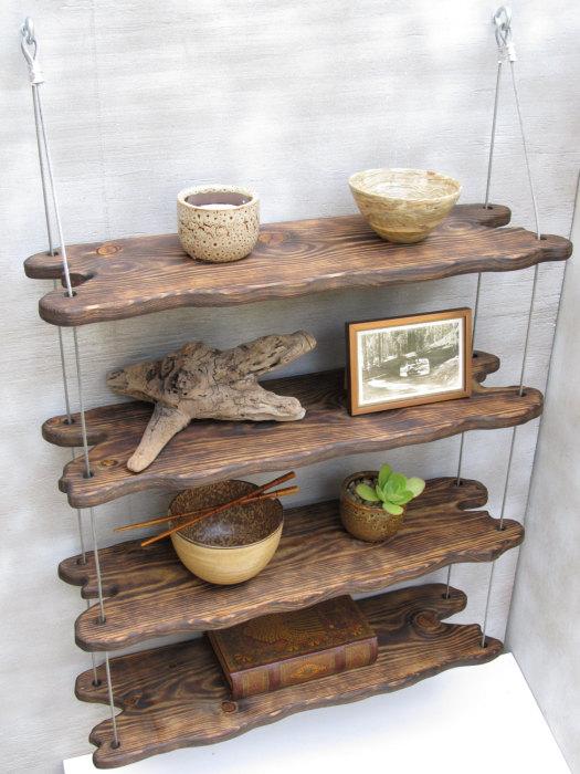Традиционные деревянные полки на канатах помогут рационально организовать пространство без привлечения профессионалов.