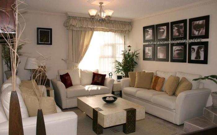 Уютный интерьер гостиной комнаты, созданный за счет правильной экономии пространства.
